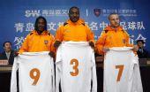 图文:青岛中能展示新球衣 三大外援