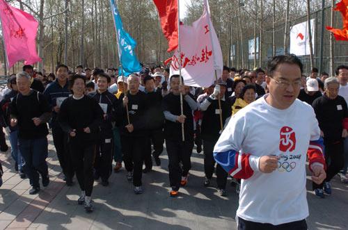 社区长跑\新图\北京市体育记者协会翟越领跑社区长跑