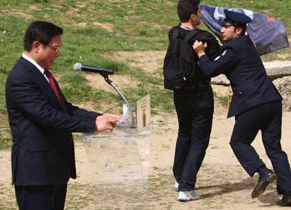 """一名""""记者无疆界组织""""成员在北京奥组委主席刘淇发表讲话时打开横幅""""闹场""""。图片来源:国际在线"""