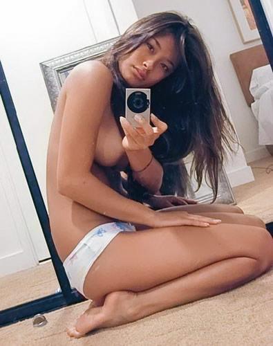 图文:睡衣美女镜中性感自拍