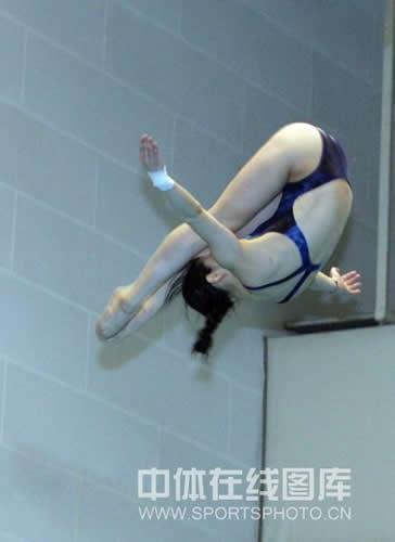 图文:跳水队备战奥运毫不懈怠 空中翻转如云燕