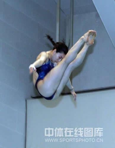 图文:跳水队备战奥运毫不懈怠 郭晶晶动作认真