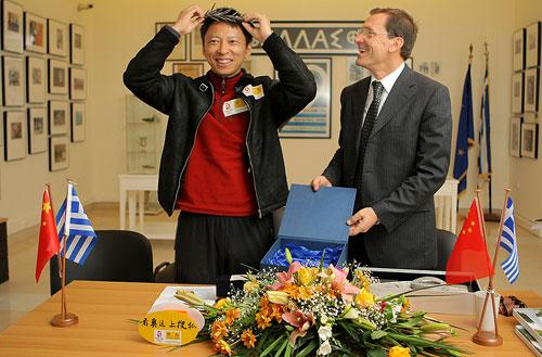 马拉松市长向张朝阳赠送象征冠军的镀铜橄榄枝