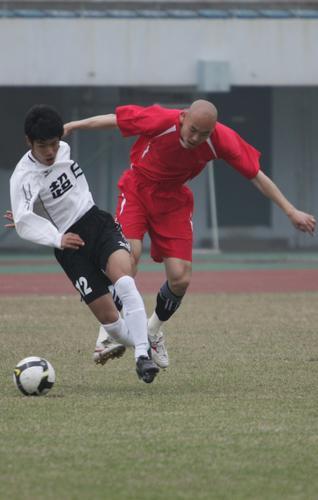 图文:[热身赛]中邦1-0东亚 双方队员纠缠不清