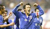 图文:[中超]上海2-0深圳 杜威庆祝进球