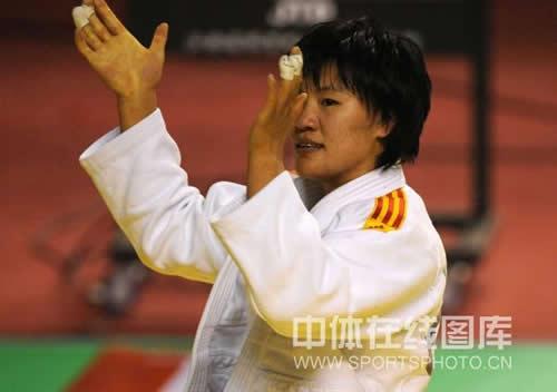 图文:全国柔道锦标赛继续激战 杨秀丽庆祝夺冠