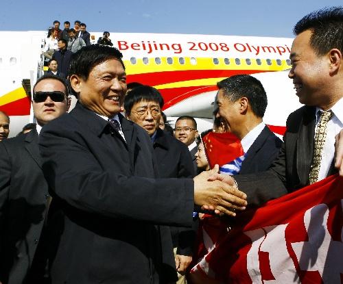 刘淇率北京奥运圣火交接代表团抵达雅典