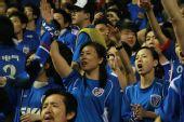 图文:[中超]上海2-0深圳 申花女球迷呐喊助威
