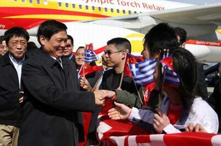刘淇与前来迎接的当地华人代表握手(奥运官网图;张宇文/摄)