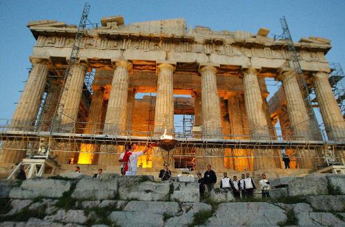 希腊女子水球队队长古佐波里点燃卫城的圣火盆