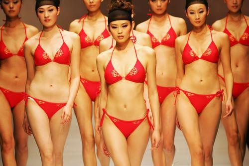 三点式泳装模特群像