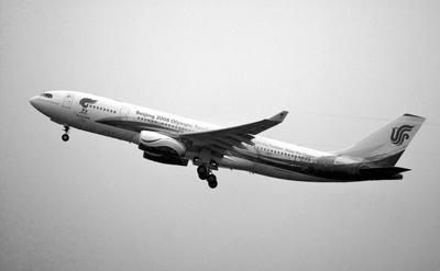 """昨日上午10时""""奥运圣火号""""飞机从北京首都国际机场起飞"""