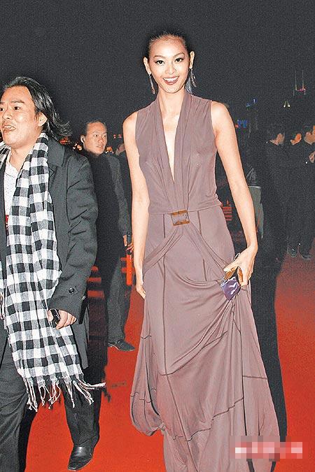 林嘉绮穿Ferragamo长礼服,大方激凸秀性感。