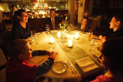 酒店点蜡烛吃晚餐