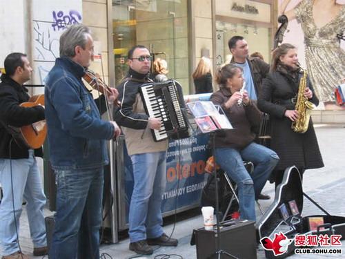 街头乐队 在卖自己的唱片