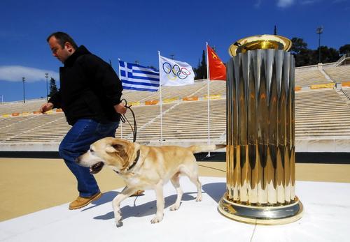 雅典:北京奥运圣火台首次亮相 交接仪式今举行