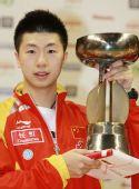 图文:亚洲杯马龙4-2陈�^夺冠 马龙展示奖杯