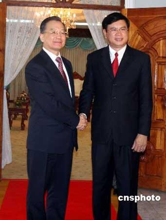 3月30日,正在老挝进行工作访问的中国国务院总理温家宝与老挝总理波松·布帕万举行会谈。 中新社发 周兆军 摄
