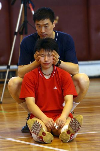 图文:中国女排广东开平训练 教练帮助张娴