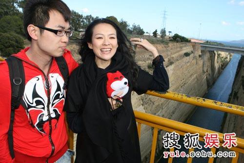 在官网一周年之际,章子怡受邀赴希腊报道。