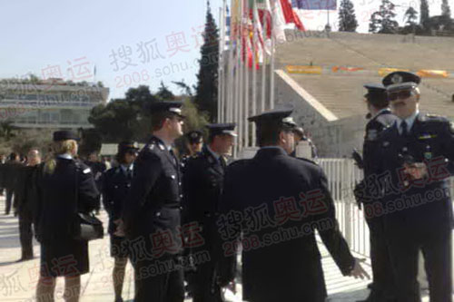 雅典体育场的警察在进行安全工作