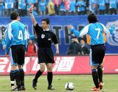 图文:[中超]大连1-0青岛 卡由红牌下场