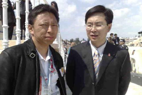 观礼嘉宾与奥运官网首席记者张朝阳合影