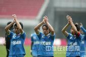 图文:[中超]金德2-2亚泰 球员致意球迷
