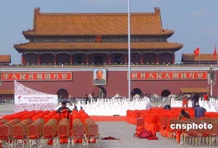 3月30日,北京天安门广场的奥运圣火台已经搭建完毕,有关人员正在加紧布置奥运圣火启动仪式的会场,准备迎接3月31日奥运圣火火种的到来。中新社发玉龙 摄