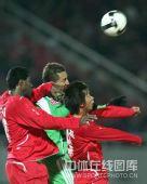 图文:[中超]北京VS河南 堤亚哥争顶