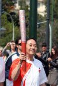 图文:奥运圣火在雅典传递 中国火炬手娄大鹏