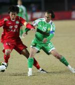 图文:[中超]北京2-0河南 陶伟与对手拼抢