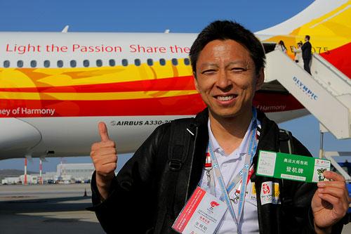 首席记者张朝阳展示登机牌