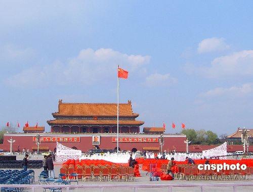 3月30日,北京天安门广场的奥运圣火台已经搭建完毕,有关人员正在加紧布置奥运圣火启动仪式的会场,准备迎接3月31日奥运圣火火种的到来。 中新社发 玉龙 摄