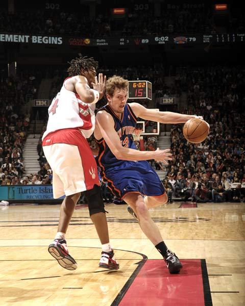 图文:[NBA]老鹰赢尼克斯 大卫李突破波什