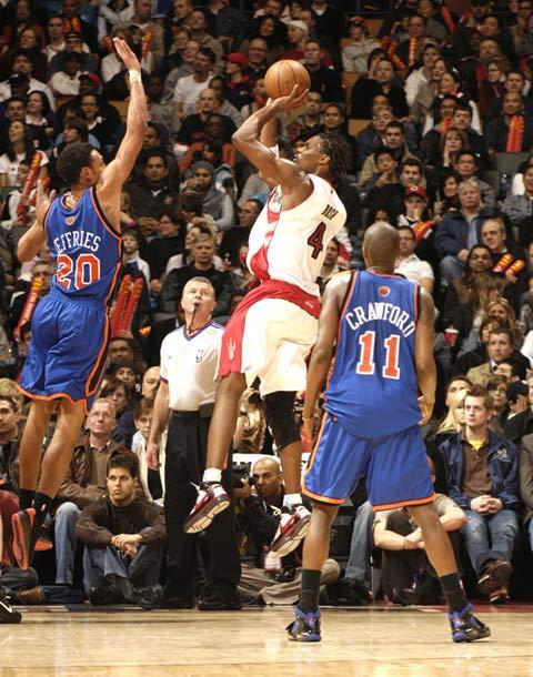 图文:[NBA]老鹰赢尼克斯 波什投篮