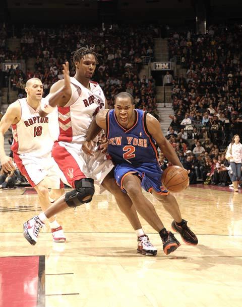 图文:[NBA]老鹰赢尼克斯 琼斯突破