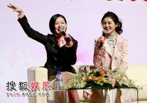 大小S现身北京大学,举办美容讲座。