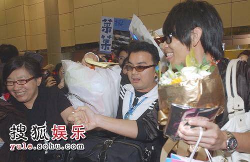 杨宗纬被爆夜店泡美眉 现身机场不发一语