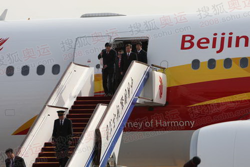北京奥组委主席刘淇即将踏上北京土地