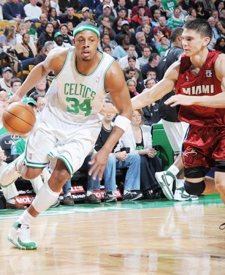 图文:[NBA]热火负凯尔特人 皮尔斯突破