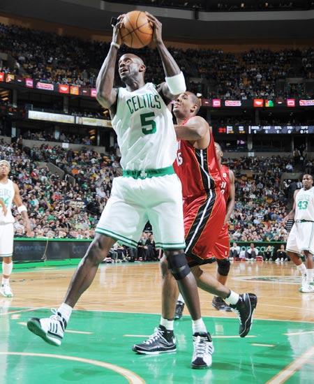 图文:[NBA]热火负凯尔特人 加内特内线进攻