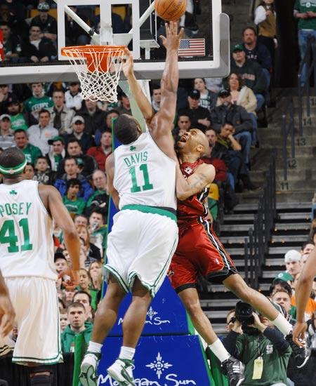 图文:[NBA]热火负凯尔特人 大宝贝封盖