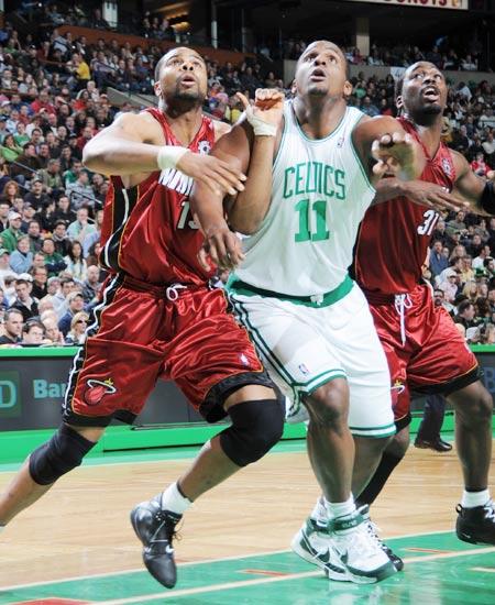 图文:[NBA]热火负凯尔特人 大宝贝拼抢
