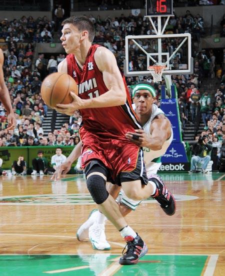 图文:[NBA]热火负凯尔特人 奎因运球
