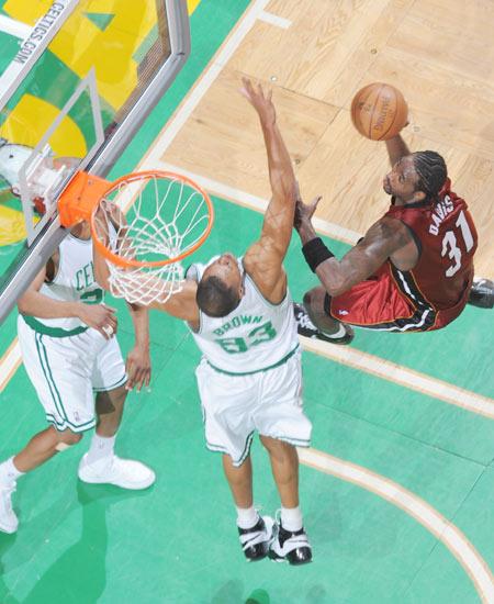 图文:[NBA]热火负凯尔特人 戴维斯上篮