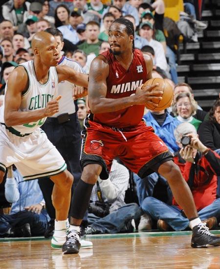 图文:[NBA]热火负凯尔特人 戴维斯护球