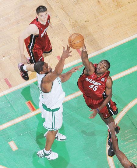 图文:[NBA]热火负凯尔特人 拉斯梅拼抢