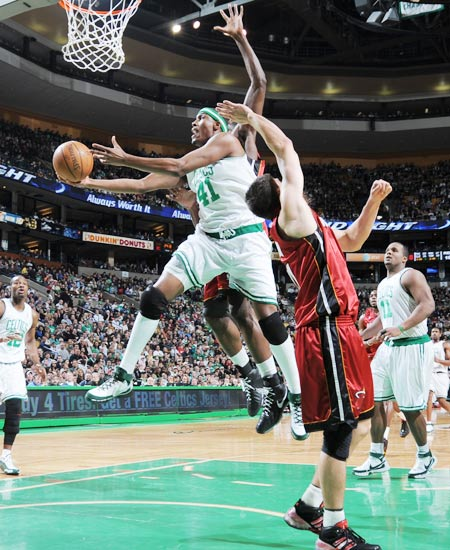 图文:[NBA]热火负凯尔特人 波西上篮