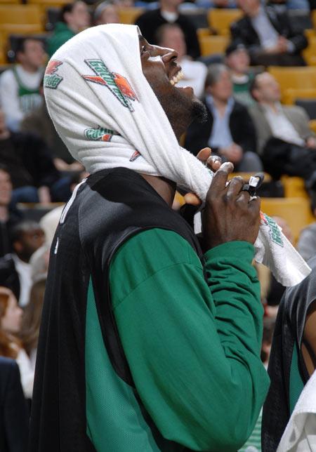图文:[NBA]热火负凯尔特人 加内特大笑